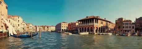 威尼斯,意大利- 2017年8月14日:巨型手从支持大厦的大运河的水 这强有力的报告 库存图片