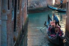 威尼斯,意大利- 2017年10月7日:平底船的船夫在狭窄的渠道漂浮在威尼斯,意大利 免版税库存图片