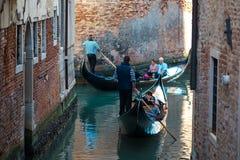威尼斯,意大利- 2017年10月7日:平底船的船夫在狭窄的渠道漂浮在威尼斯,意大利 免版税图库摄影