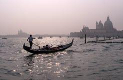 威尼斯,意大利- 2017年10月13日:平底船的船夫操作有游人的一艘长平底船在运河的水域中重创在 免版税库存照片