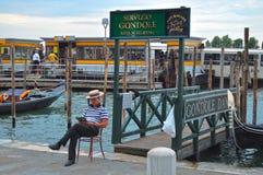 威尼斯,意大利- 2014年8月14日:平底船的船夫读一本书, 免版税图库摄影