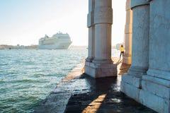 威尼斯,意大利- 2017年10月7日:意大利威尼斯在Giudecca的拖轮驾驶的游轮,早晨 免版税图库摄影