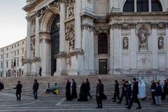 威尼斯,意大利- 2017年10月7日:教区居民去教会,晨祷 大教堂della玛丽亚致敬圣诞老人 库存照片