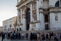 威尼斯,意大利- 2017年10月7日:教区居民去教会,晨祷 大教堂della玛丽亚致敬圣诞老人 免版税库存图片