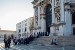 威尼斯,意大利- 2017年10月7日:教区居民去教会,晨祷 大教堂della玛丽亚致敬圣诞老人 免版税库存照片