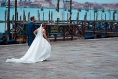 威尼斯,意大利- 2017年10月8日:新娘和新郎在圣马可广场 免版税库存图片