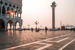 威尼斯,意大利- 2017年10月6日:早晨圣马可广场,在正方形的游人步行 图库摄影