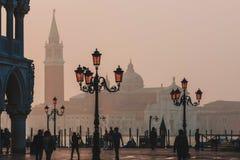威尼斯,意大利- 2017年10月6日:早晨圣马可广场,在正方形的游人步行 库存照片