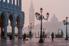威尼斯,意大利- 2017年10月6日:早晨圣马可广场,在正方形的游人步行 免版税库存图片