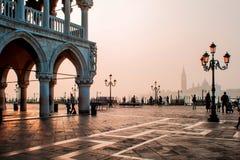 威尼斯,意大利- 2017年10月6日:早晨圣马可广场,在正方形的游人步行 免版税库存照片