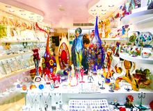 威尼斯,意大利- 2017年5月04日:有传统纪念品的商店和礼物喜欢Murano玻璃对游人参观 库存照片