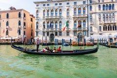威尼斯,意大利- 2018年8月22日:有游人判决的a平底船的船夫 图库摄影