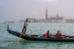 威尼斯,意大利- 2017年10月13日:有游人的长平底船圣乔治海岛的背景的  意大利威尼斯 免版税图库摄影