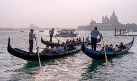 威尼斯,意大利- 2017年10月13日:有游人的长平底船在运河的水域中重创在背景中  库存图片