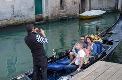 威尼斯,意大利- 2017年9月29日:有游人的长平底船 免版税库存图片