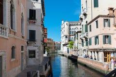 威尼斯,意大利- 2016年8月14日:有老房子的典型的运河 库存图片