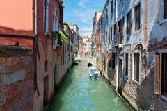 威尼斯,意大利- 2016年8月14日:有老房子的典型的运河 免版税库存照片