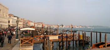 威尼斯,意大利- 2017年10月13日:江边的看法沿大运河的在威尼斯 游人沿走 图库摄影