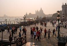 威尼斯,意大利- 2017年10月13日:江边的看法沿大运河的在威尼斯 游人沿走 免版税库存图片