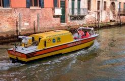 威尼斯,意大利- 2018年5月07日:沿威尼斯运河的典型的救护车航行  有医生的医疗小船的 库存照片