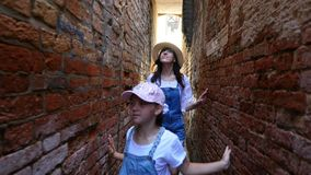 威尼斯,意大利- 2018年7月7日:沿非常威尼斯狭窄的街道,在老房子、少年女孩、孩子和年轻人之间 影视素材