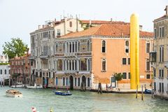威尼斯,意大利- 2017年9月07日:由艺术家詹姆斯李Byers雕刻金黄塔 图库摄影
