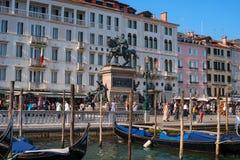 威尼斯,意大利- 2018年5月07日:看法向Riva degli有Victor伊曼纽尔II国王骑马雕象的Schiavoni江边  免版税库存照片