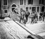 威尼斯,意大利- 2016年3月28日:等待长平底船的平底船的船夫 库存图片
