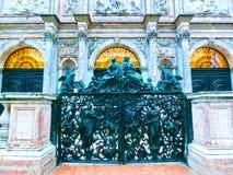 威尼斯,意大利- 2017年5月04日:老铸铁雕刻的门在威尼斯临近圣马克` s大教堂钟楼  库存照片