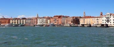 威尼斯,意大利- 2016年7月14日:许多房子和小船 免版税库存图片