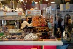 威尼斯,意大利- 2017年10月7日:购物与甜点,看法通过窗口 免版税库存图片