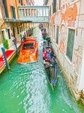 威尼斯,意大利- 2017年5月04日:长平底船航行在渠道下在威尼斯,意大利 长平底船是传统运输  库存图片