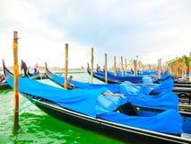 威尼斯,意大利- 2017年5月04日:长平底船航行在渠道下在威尼斯,意大利 长平底船是传统运输  图库摄影