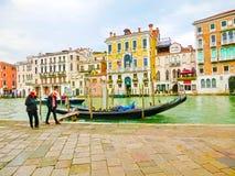 威尼斯,意大利- 2017年5月04日:长平底船航行在渠道下在威尼斯,意大利 长平底船是传统运输  免版税图库摄影