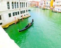 威尼斯,意大利- 2017年5月04日:长平底船航行在渠道下在威尼斯,意大利 长平底船是传统运输  免版税库存照片