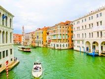 威尼斯,意大利- 2017年5月04日:长平底船航行在渠道下在威尼斯,意大利 长平底船是传统运输  免版税库存图片