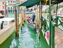 威尼斯,意大利- 2017年5月04日:长平底船航行在渠道下在威尼斯,意大利 长平底船是传统运输  库存照片