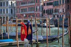 威尼斯,意大利- 2018年2月10日:面具的在威尼斯狂欢节的人们和服装 免版税库存照片