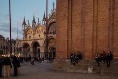 威尼斯,意大利- 2017年10月6日:Basilica di圣Marco,人们坐圣马可广场,平衡 免版税库存图片