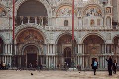 威尼斯,意大利- 2017年10月6日:Basilica di圣Marco,游人在正方形走 免版税库存照片