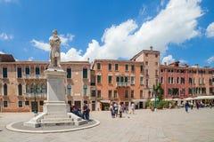 威尼斯,意大利- 2016年6月15日:Nicolo Tommaseo雕象看法在圣斯蒂芬的方形的凯姆帕圣斯特凡诺岛的 免版税库存照片
