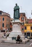 威尼斯,意大利- 2017年10月13日:Paolo萨尔皮雕象在威尼斯 在纪念碑的脚坐女孩 她有a 免版税库存图片
