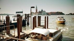 威尼斯,意大利- 2017年8月8日 在圣Marco广场附近的汽艇 影视素材