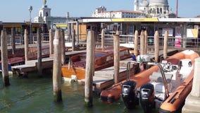 威尼斯,意大利- 2017年8月8日 在圣Marco广场附近的被停泊的汽艇 库存照片