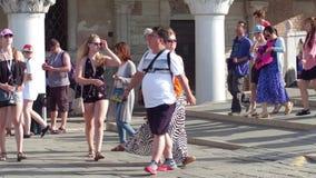 威尼斯,意大利- 2017年8月8日 在著名共和国总督` s宫殿附近的拥挤旅游地方,其中一个主要地标  库存图片