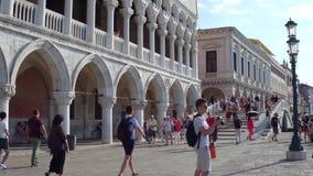 威尼斯,意大利- 2017年8月8日 在著名共和国总督` s宫殿,其中一个附近的游人城市的主要地标 库存图片