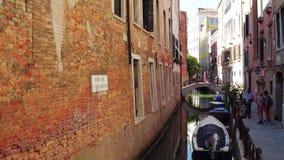 威尼斯,意大利- 2017年8月8日 威尼斯式运河和步行桥和堤防 影视素材