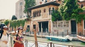 威尼斯,意大利- 2017年8月8日 威尼斯式运河和步行者堤防 股票视频