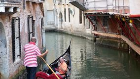 威尼斯,意大利- 2017年8月8日 摆在一艘威尼斯式长平底船的平底船的船夫 库存照片
