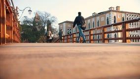威尼斯,意大利- 2018年11月13日 -走在桥梁的人们 意大利 日落 影视素材